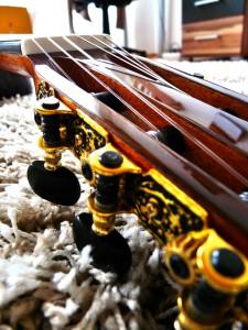 Konzertgitarre im liegen