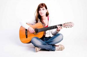 Akkustik Gitarre, die Frau sitzt